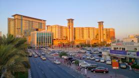 Jedna z ulic ve městě Dubaj