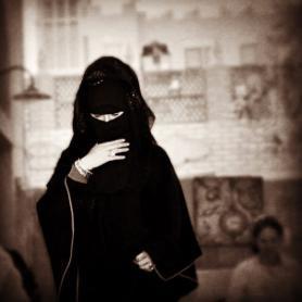 Dubaj a zahalená žena v nikábu